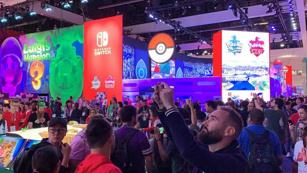 米ゲーム見本市「E3」で大勢の来場者が集まった任天堂のブース=11日、ロサンゼルス(共同)
