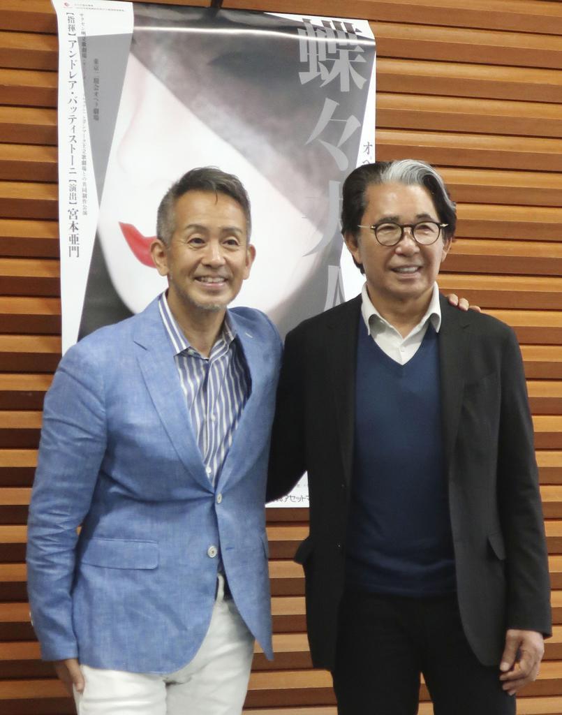 オペラ「蝶々夫人」の制作発表会見に出席した宮本亜門さん。右は高田賢三さん=12日午前、東京都内