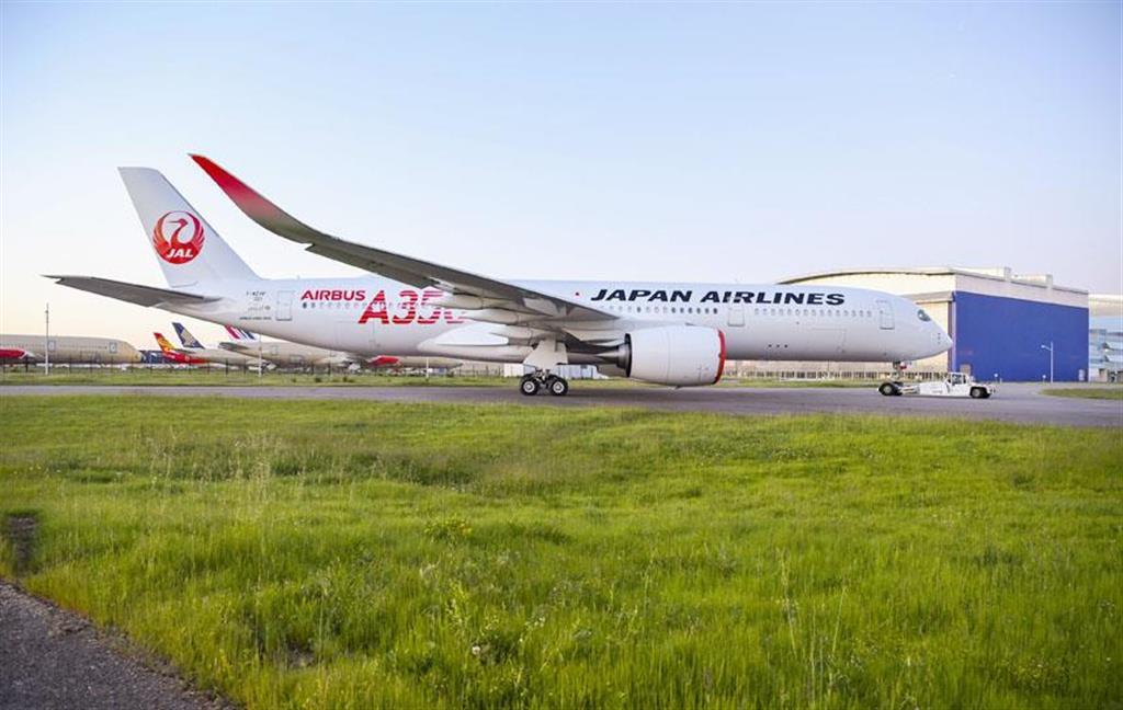 塗装が完了した日航のエアバスA350初号機=4月29日、フランス・トゥールーズ(エアバス提供)