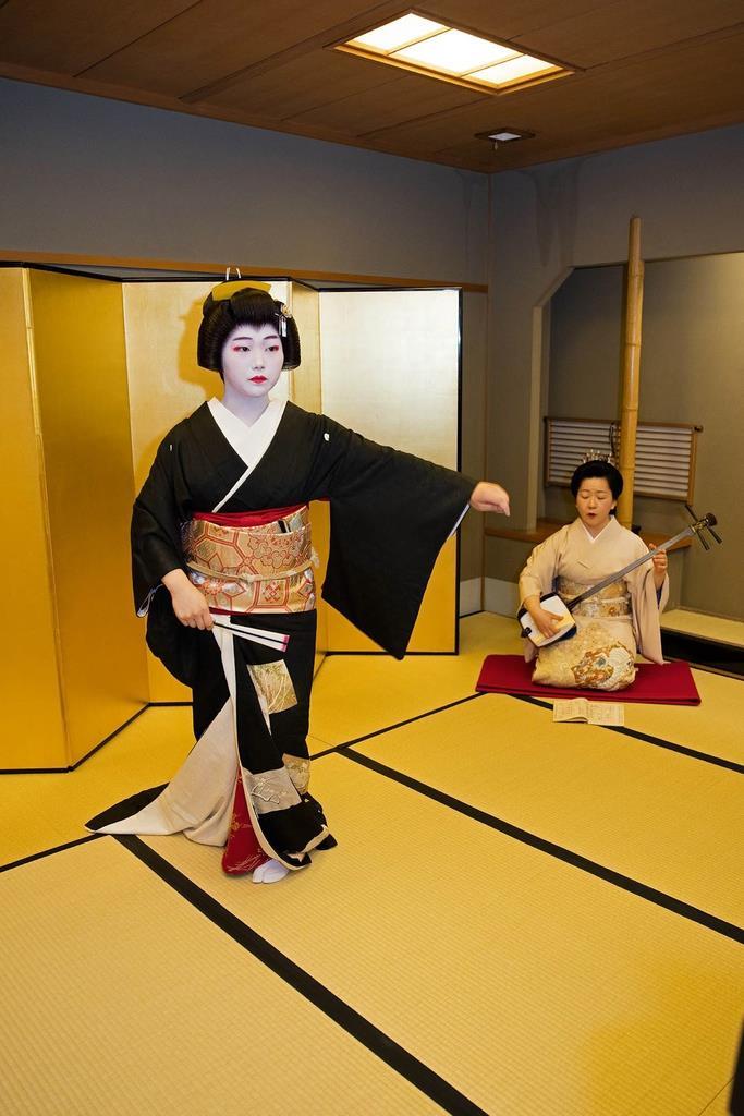 踊りを披露する玉幸さんと三味線をひく八重鶴さん=大阪市中央区島之内(たに川提供)