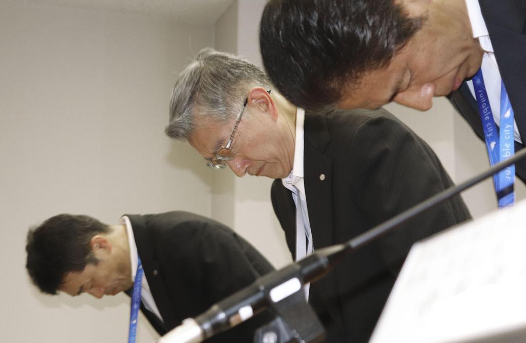 大阪府吹田市の市立小女児のいじめ対応で、謝罪する教育委員会の幹部ら=12日午後、吹田市役所