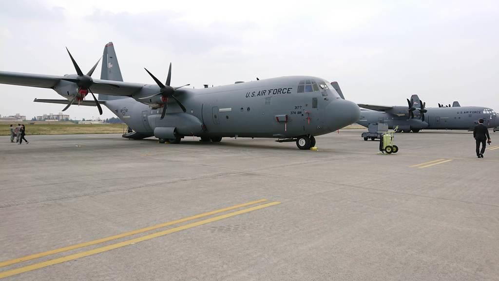 米軍横田基地(東京都福生市など)に配備されている輸送機C130J(4月22日撮影)