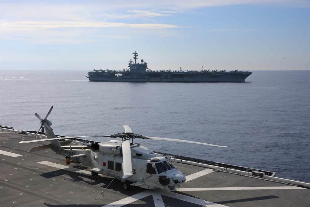 2017年の共同訓練の様子。いずも(手前)の艦上から見たロナルド・レーガン(海上自衛隊提供)