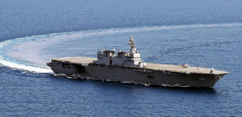 護衛艦「いずも」=2017年6月21日、南シナ海(自衛隊ヘリから、松本健吾撮影)