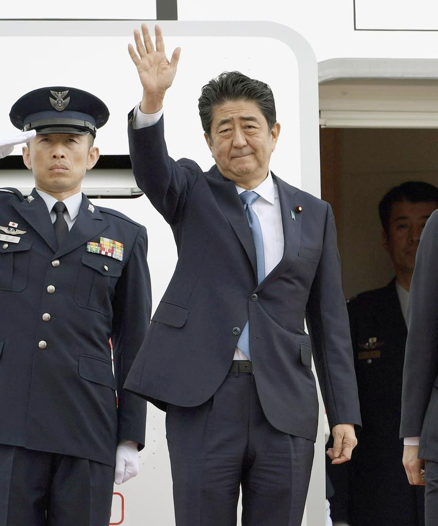 イランに向け羽田空港を出発する安倍首相=12日午前