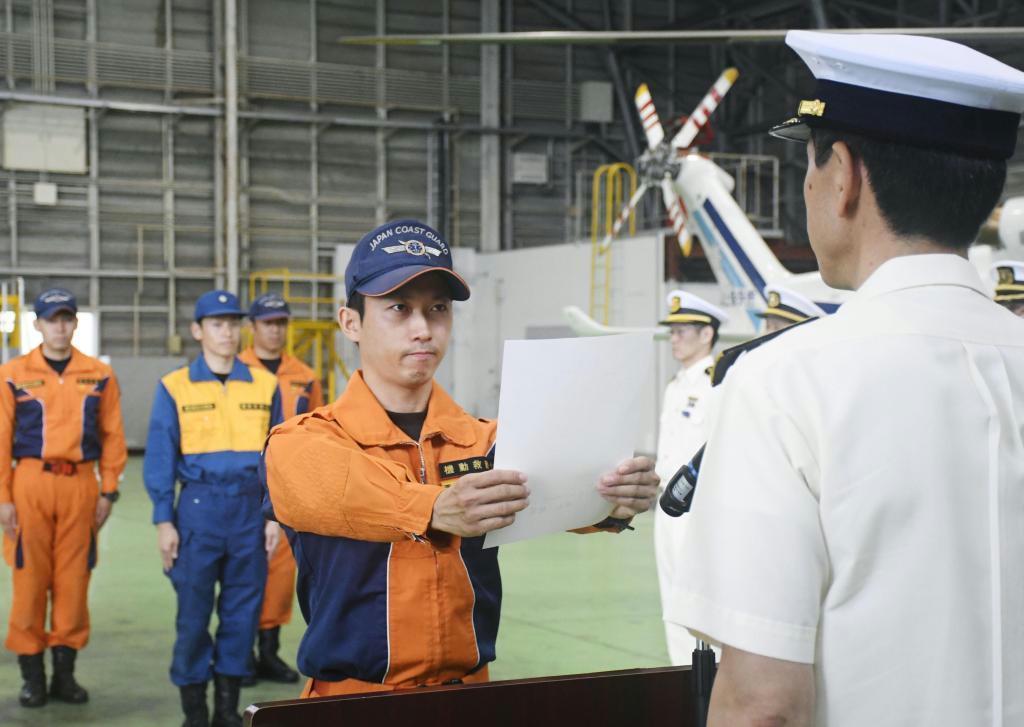 第10管区海上保安本部の鹿児島航空基地で、救急員の指名通知書を交付される隊員の西村直哉氏