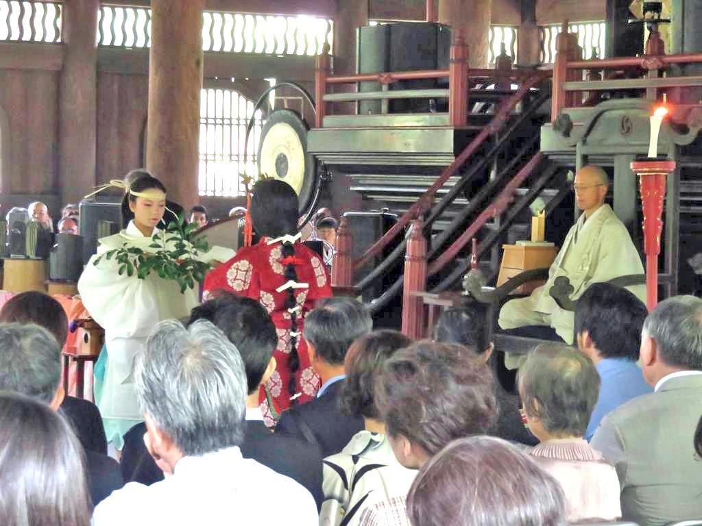 「生き仏」役の老師が座禅を組む前で奉納された今宮神社の織姫舞=京都市北区