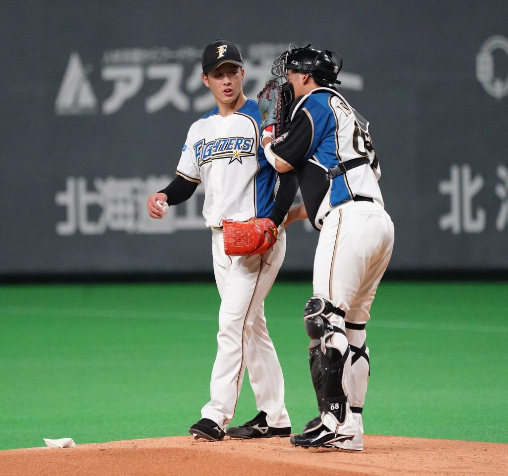 1回、満塁の場面で捕手・石川亮から声をかけられる日本ハムの吉田輝星=札幌市豊平区の札幌ドーム(野口隆史撮影)