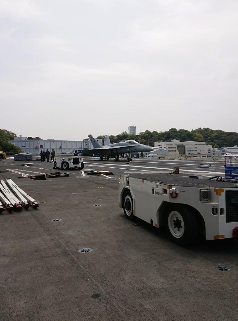 米海軍横須賀基地(神奈川県横須賀市)に停泊する原子力空母「ロナルド・レーガン」の甲板(4月23日)