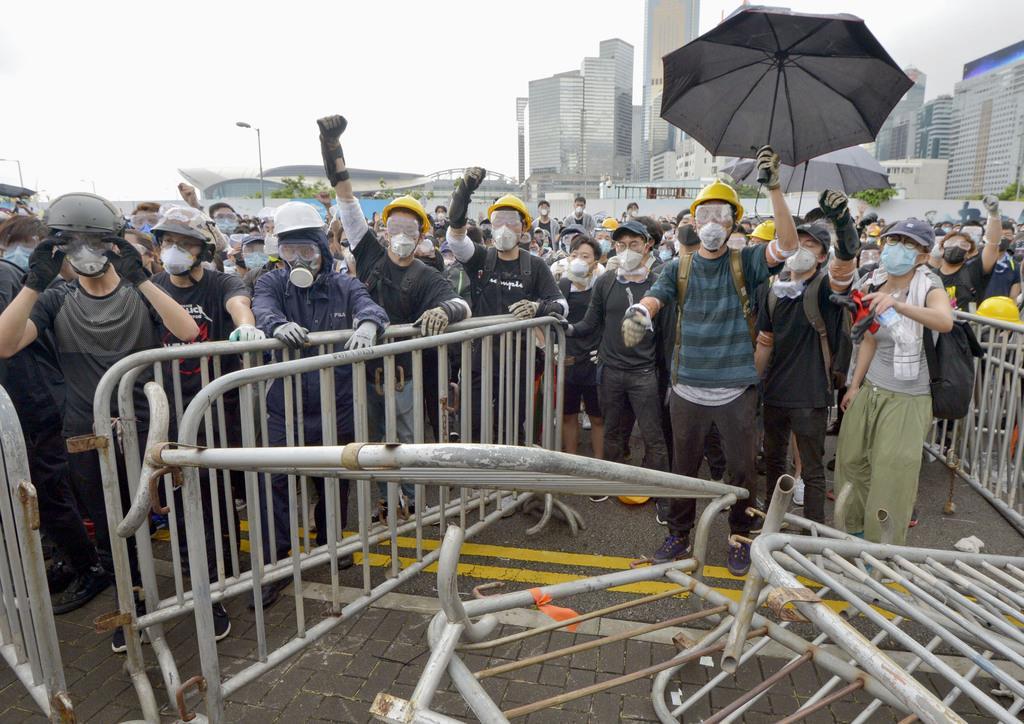 「逃亡犯条例」改正案の撤回を求め、立法会前に集まった人たち=12日、香港(共同)
