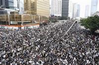 香港でデモ隊が道路占拠 若者ら数万人が集結