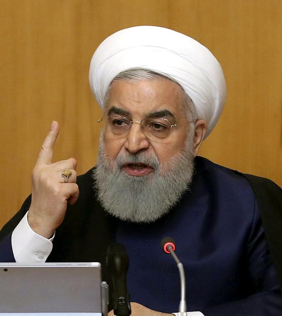 閣議で話すイランのロウハニ大統領=8日、テヘラン(イラン大統領府提供・AP)