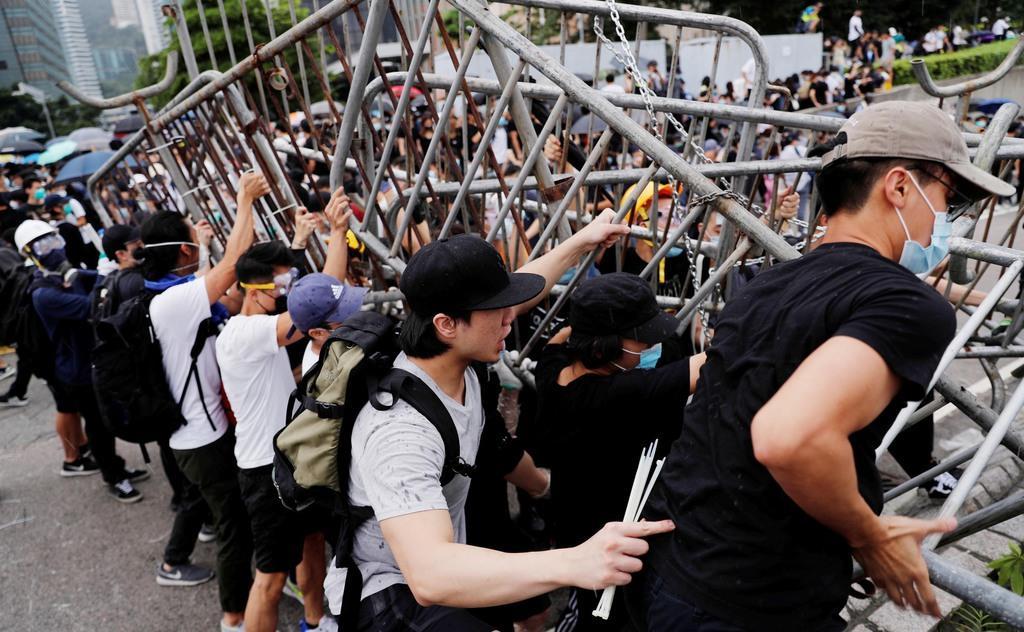 「逃亡犯条例」改正案の撤回を求め、立法会周辺の道路を埋める人たち=12日、香港(ロイター)