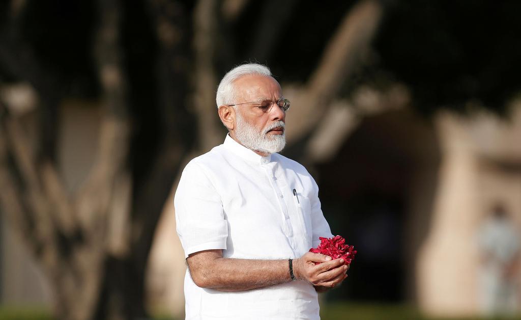 5月30日、インドの首都ニューデリーで、マハトマ・ガンジーの記念碑を訪れたモディ首相(ロイター)