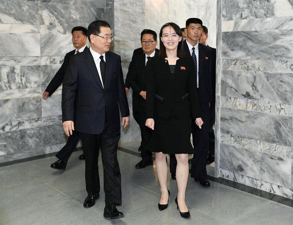 12日、板門店の北朝鮮側施設「統一閣」で談笑する韓国大統領府の鄭義溶国家安保室長(左)と北朝鮮の金与正・朝鮮労働党第1副部長(韓国統一省提供・共同)