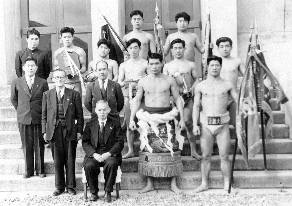 相撲部と記念撮影する世耕弘一氏(前列右から3人目、近畿大学提供)