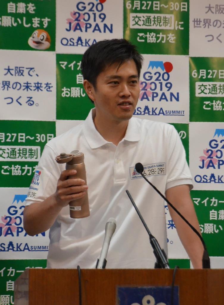 マイボトルを手にプラスチックごみ削減の取り組みについて説明する吉村洋文・大阪府知事=12日、大阪府庁