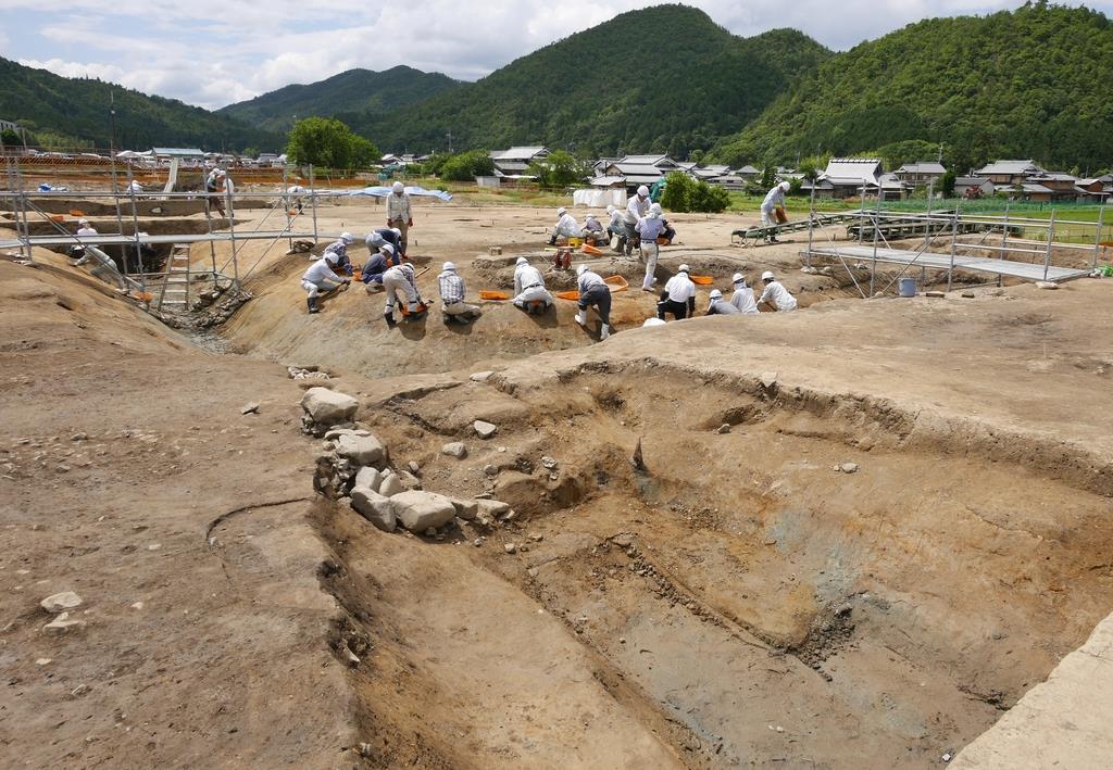 最大で幅約8メートル、深さ約2メートルの巨大な堀跡が出土した犬飼遺跡=12日午後、京都府亀岡市
