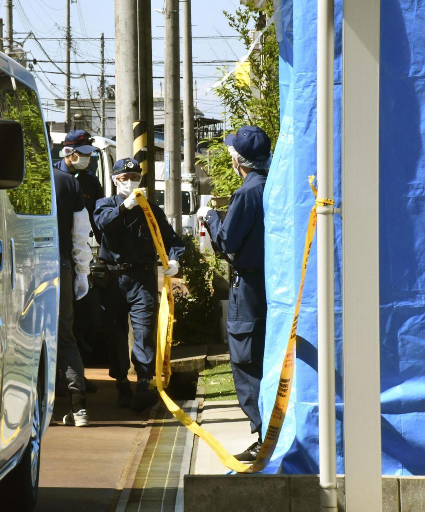 現場検証のため、伊藤法子容疑者の自宅に入る捜査員=13日午前9時、新潟県長岡市