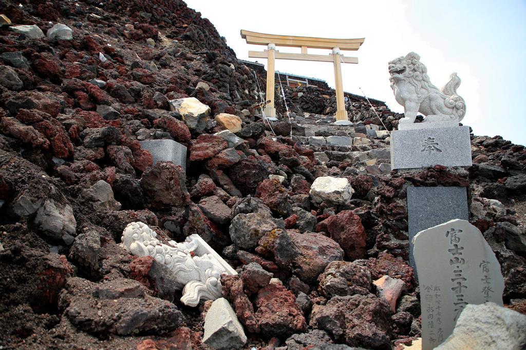 富士山・吉田ルートの山頂付近の登山道を塞ぐ崩れた石積み=4日、富士山(早坂洋祐撮影)