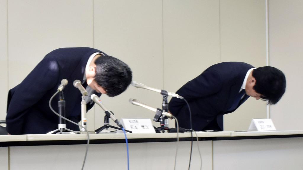記者会見で謝罪する埼玉県和光市の松本武洋市長(左)ら=13日午後、和光市役所