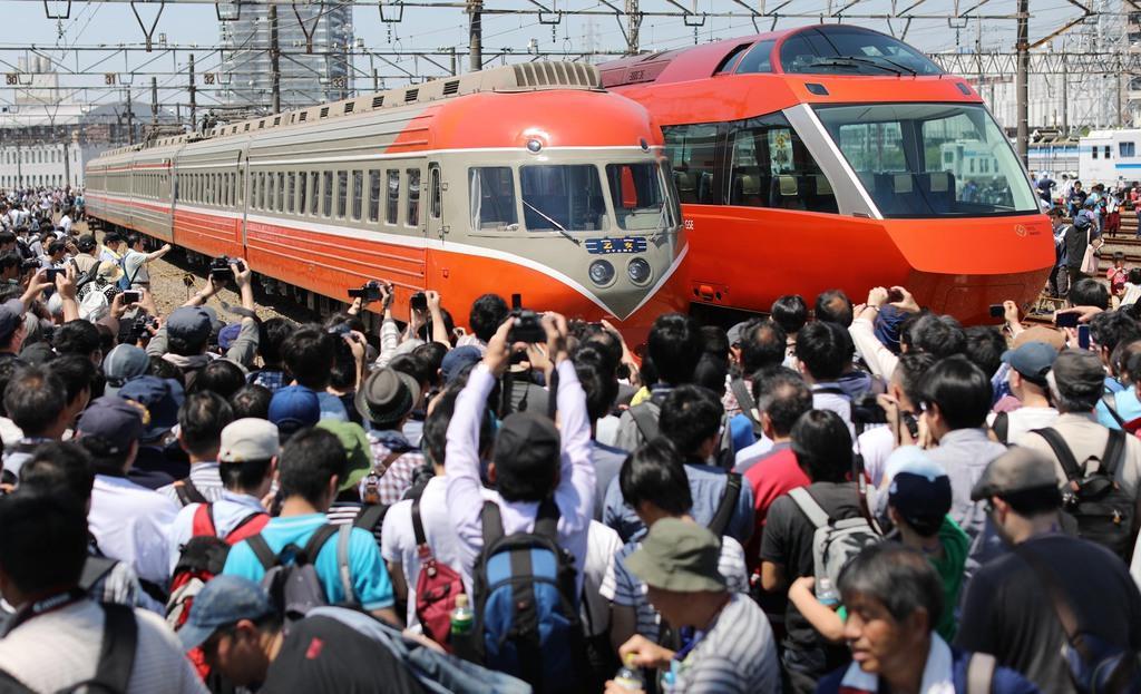 小田急電鉄の特急ロマンスカー「3000形」(左)と「70000形」=5月25日、神奈川県海老名市(古厩正樹撮影)