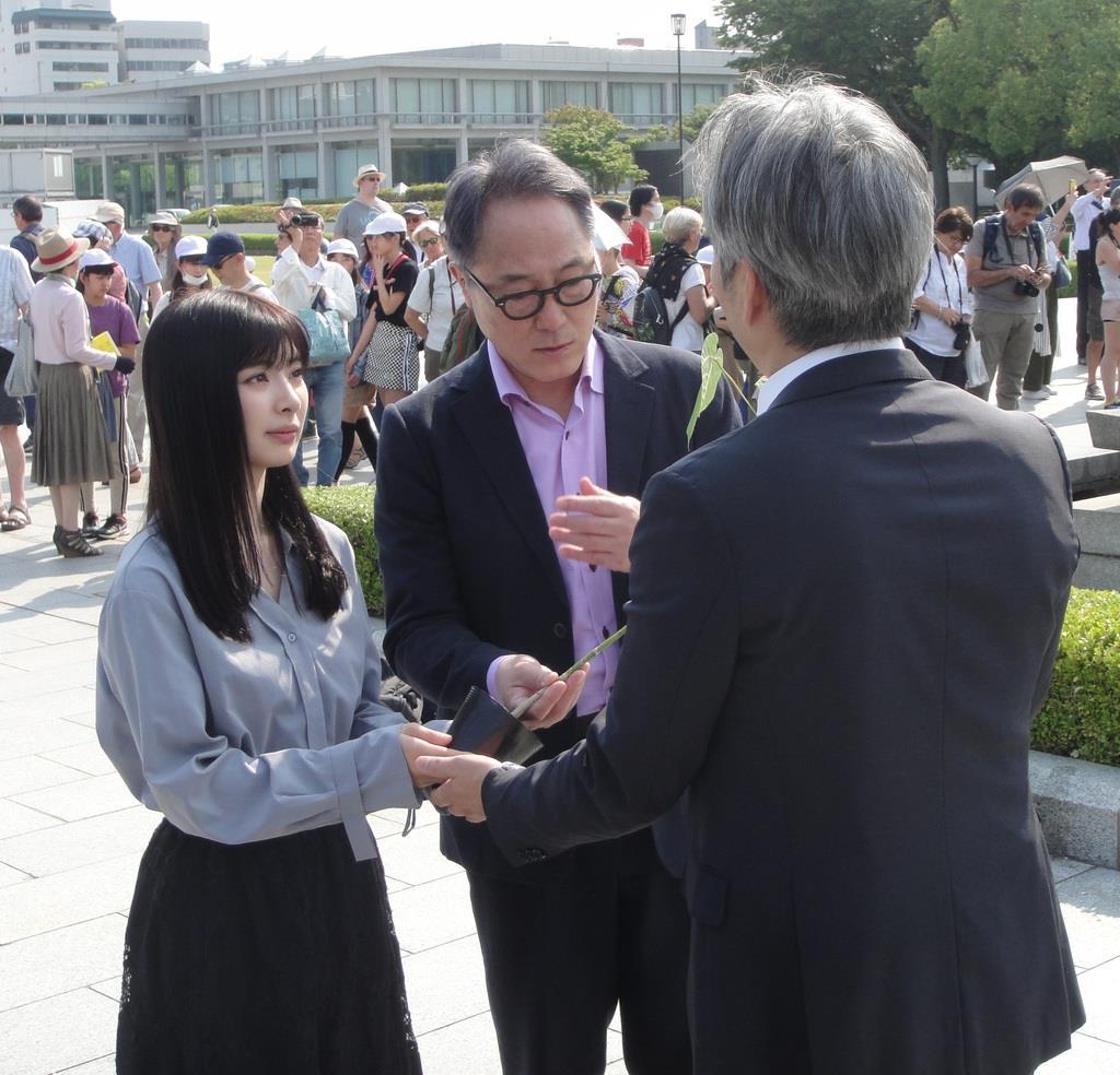原爆慰霊碑を訪れた武藤さんと佐野さん(左から)=広島市中区