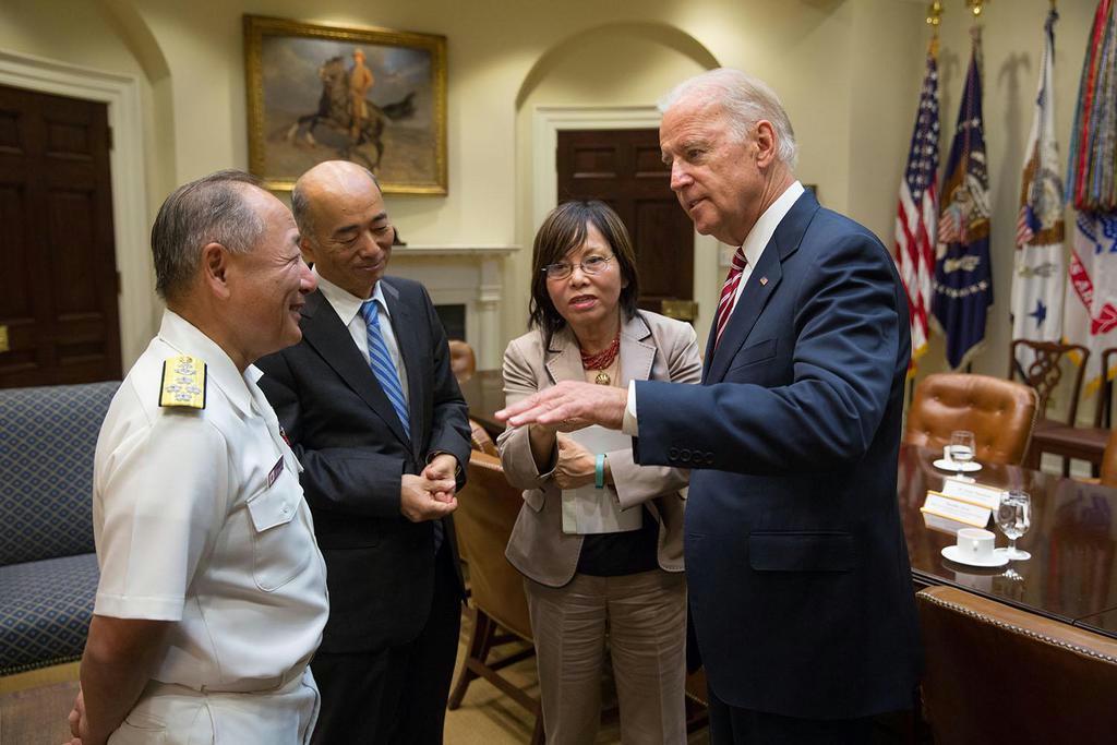 米国公式訪問で当時のジョー・バイデン副大統領(右端)を表敬。佐々江賢一郎駐米大使(左から2番目)も同席した =2015年7月(防衛省提供)
