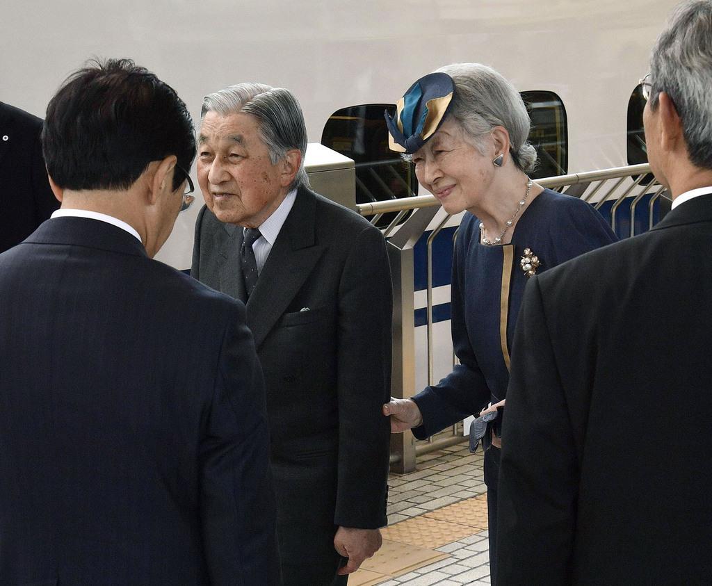 JR京都駅から新幹線で帰京の途に就かれる上皇ご夫妻=13日午前(代表撮影)
