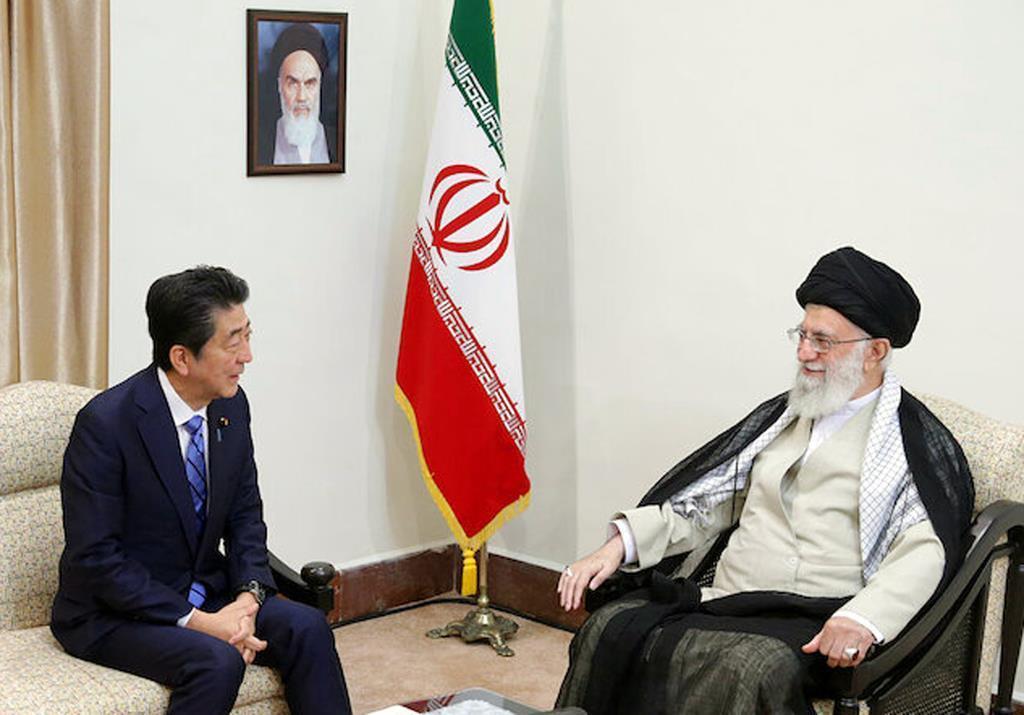 安倍首相と会談するハメネイ師=13日、テヘラン(ロイター)