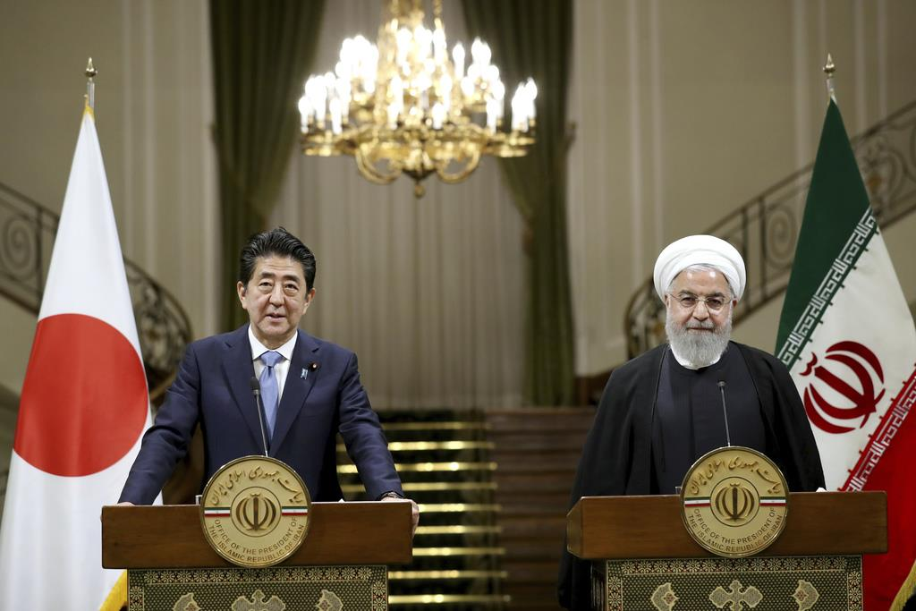12日、イランの首都テヘランで、ロウハニ大統領(右)と共同記者会見に臨む安倍晋三首相(AP)