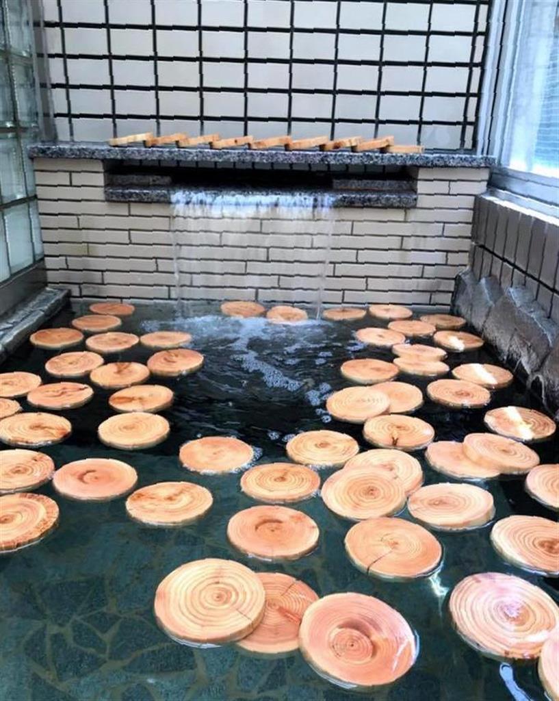 ヒノキの間伐材を入れた「ひのき風呂」。香りが良く、癒やし効果は抜群だとか=大阪市住之江区の姫松温泉