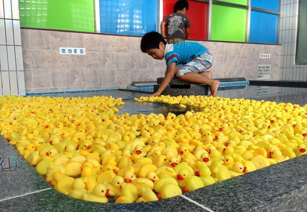 何百羽、何千羽と湯船に浮かべられることもある「あひる風呂」。子供たちも準備を手伝う=大阪市東淀川区の昭和湯