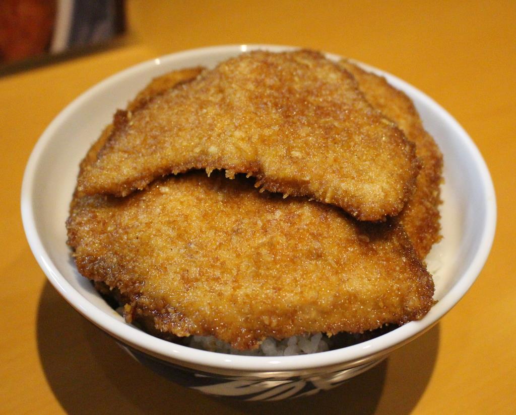 「とんかつ太郎」のカツ丼。卵とじではなく、醤油ダレがかかっている=新潟市中央区(池田証志撮影)