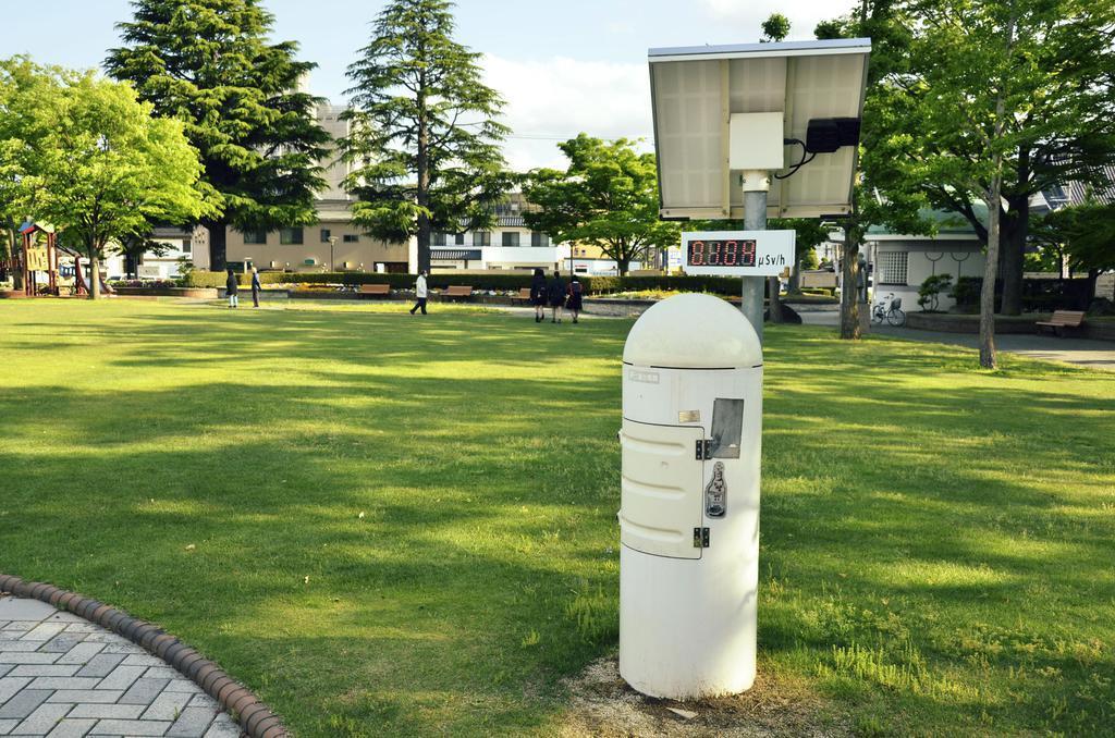 公園内に設置されているモニタリングポスト=福島市