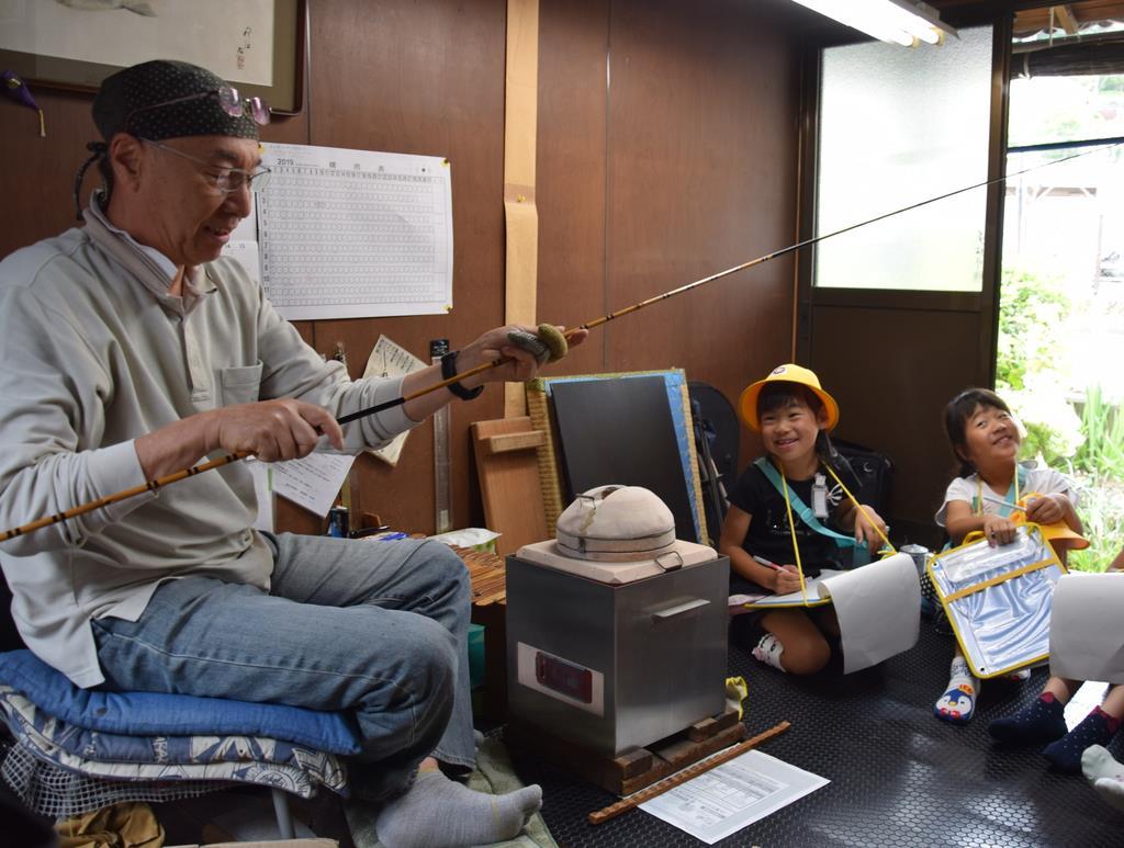 「紀州へら竿」の工房を見学する児童ら=橋本市