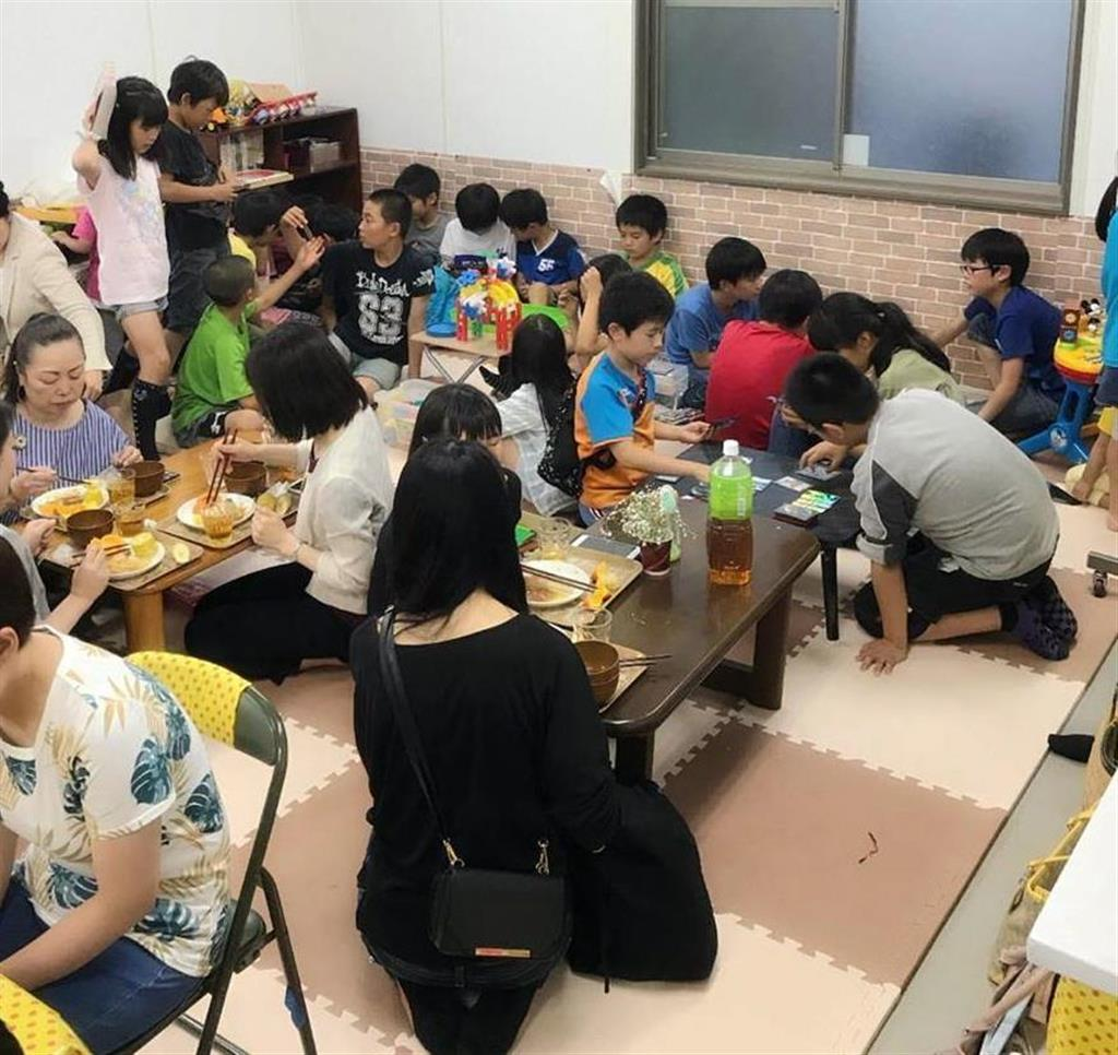 「三芳おなかま子ども食堂」で食事をする子供ら=三芳町(県提供)
