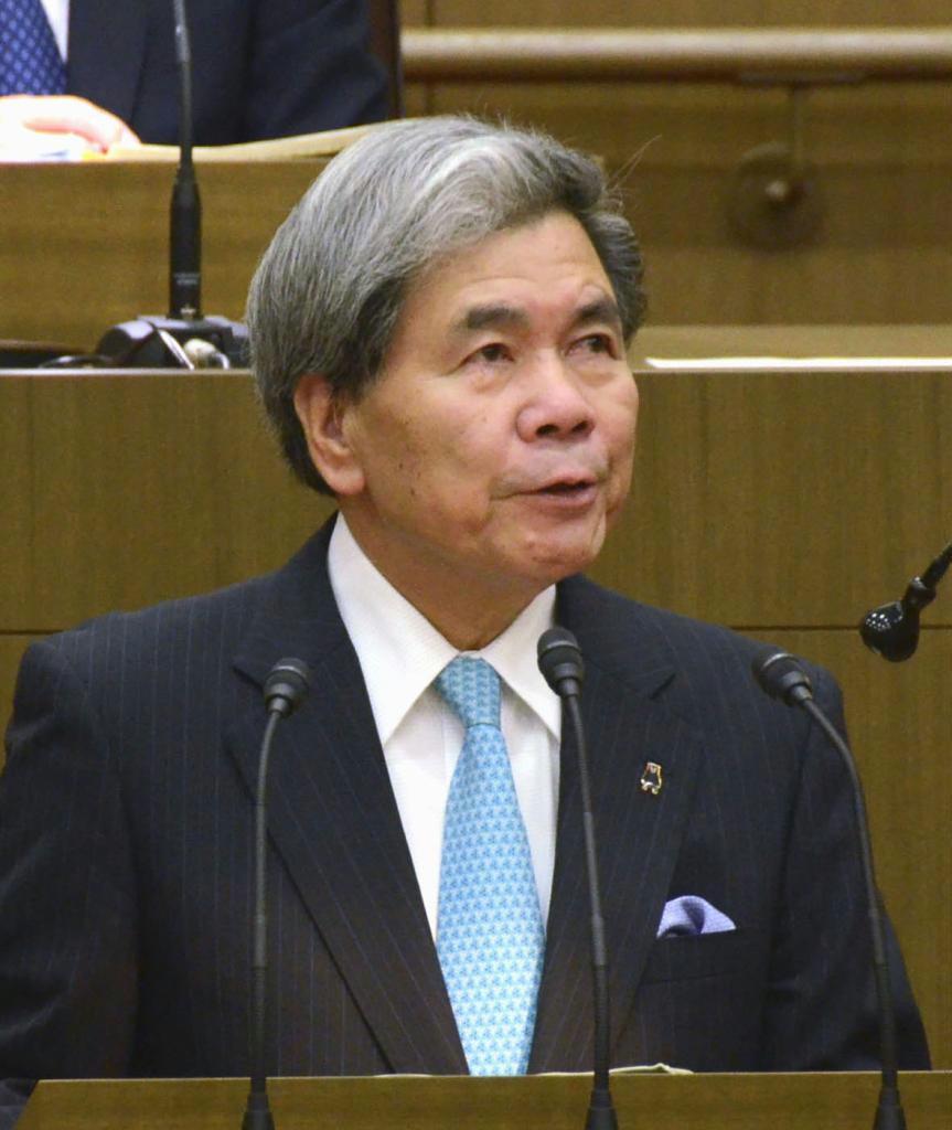 熊本県議会で答弁する蒲島郁夫知事