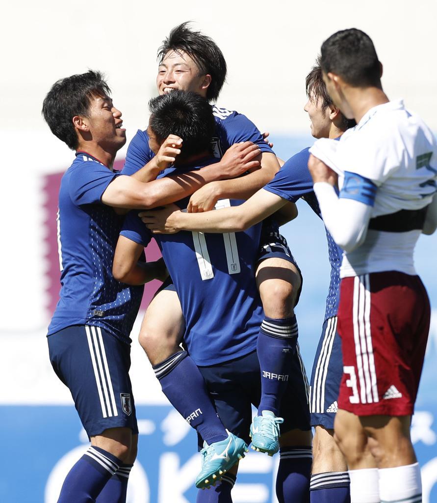 日本-メキシコ 同点ゴールを決め、チームメートに抱きつき喜ぶ相馬(奧左から2人目)=オバーニュ(共同)