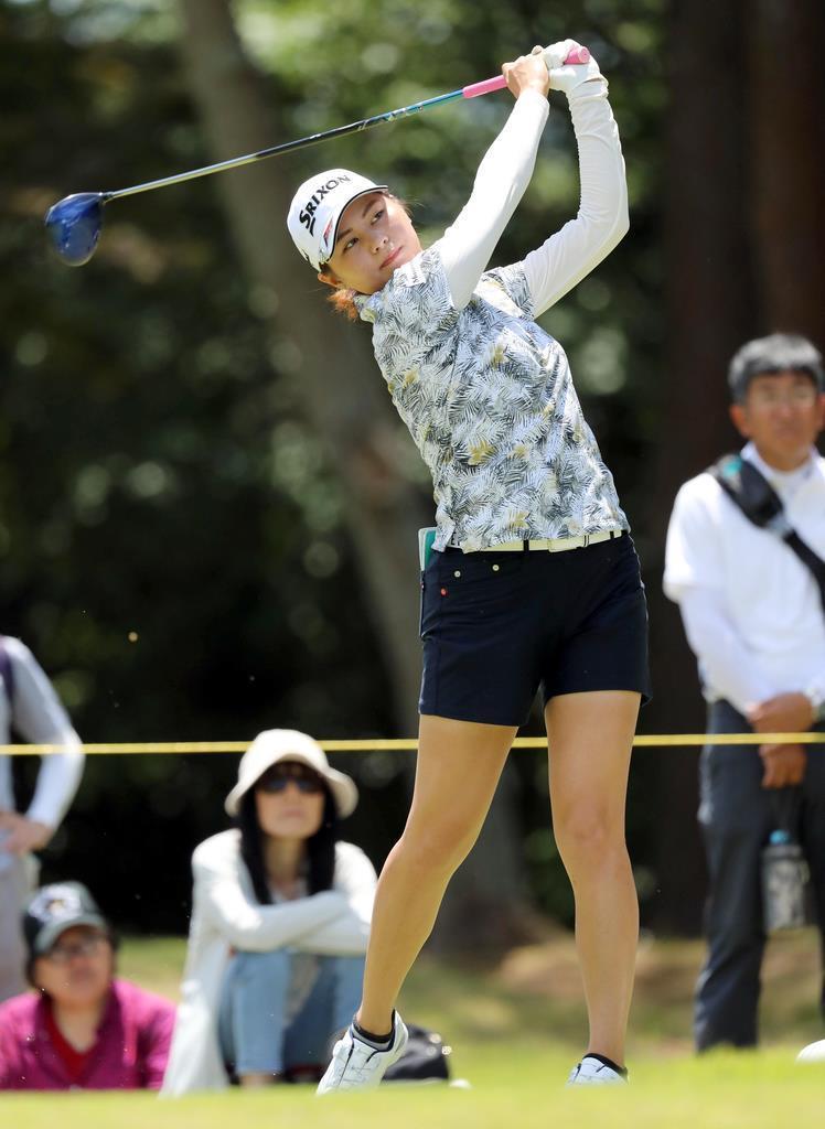 13日、神戸市の六甲国際GCで開幕した女子ゴルフの宮里藍サントリーレディスでプレーする新垣比菜(中島信生撮影)