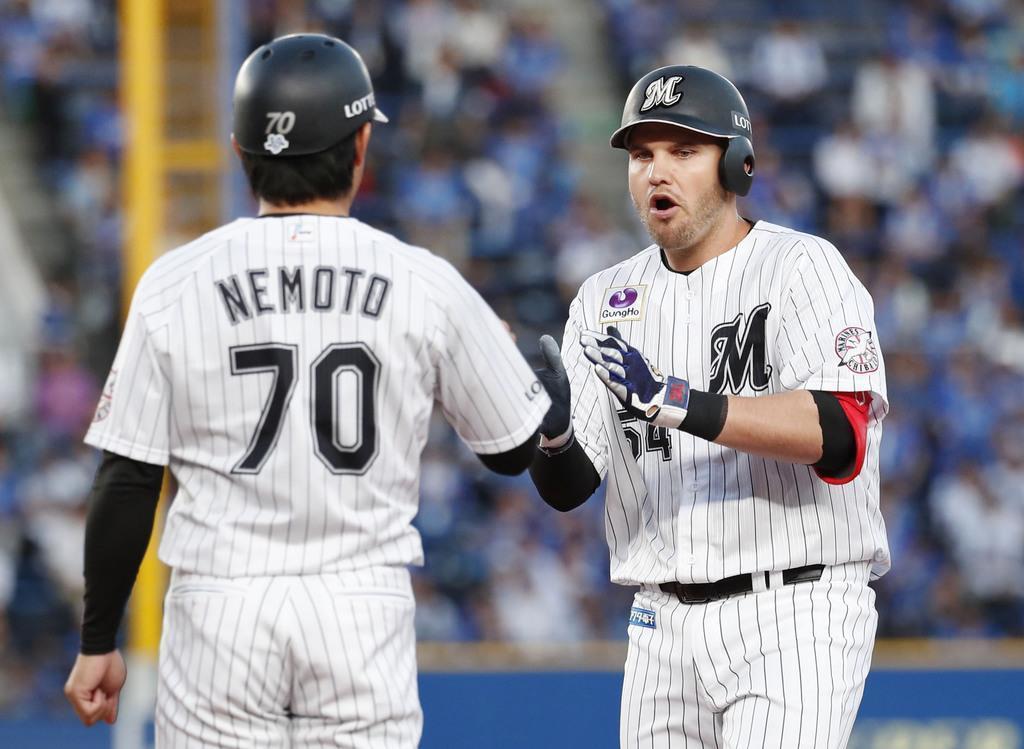 1回、適時打を放ち手をたたくロッテのレアード(右)=13日、千葉市のZOZOマリンスタジアム(共同)