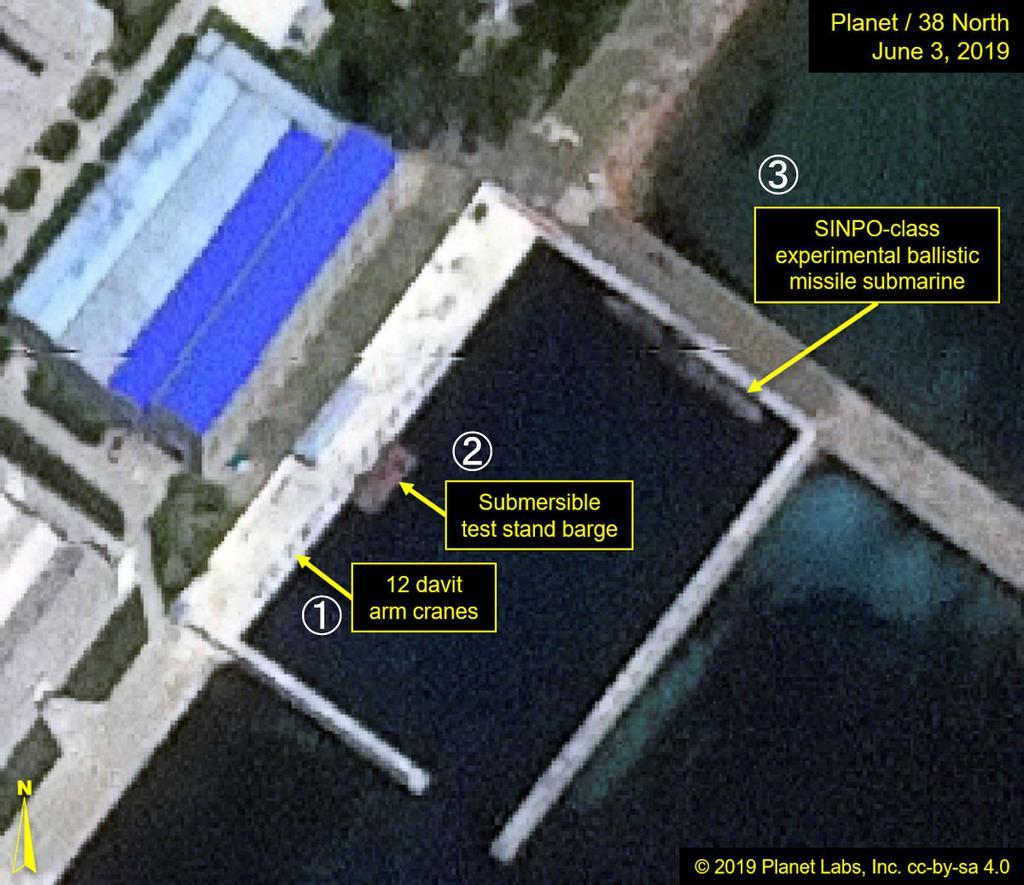 6月3日に撮影された北朝鮮東部新浦の係留施設の衛星写真。(1)クレーン(2)はしけ船(3)実験用の新浦級潜水艦(Planet Labs/38ノース提供・共同)