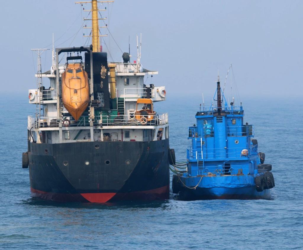 3月20日、東シナ海の公海上で「瀬取り」を行ったと疑われる北朝鮮タンカー(左)と船籍不明の小型船舶(防衛省提供)