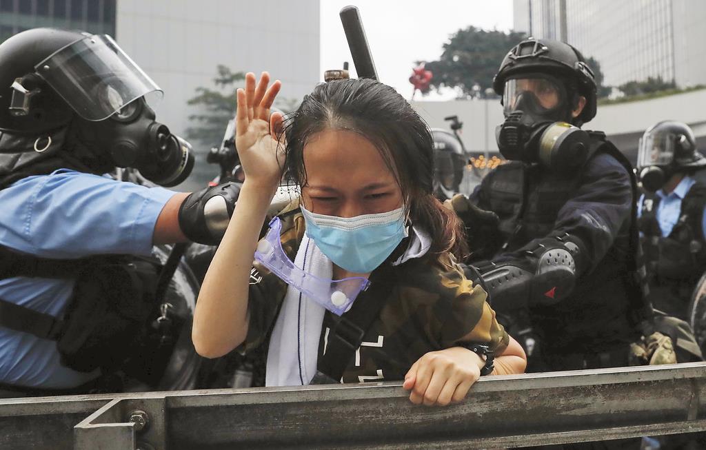 香港で改正案に反対するデモ隊と警官隊が衝突した=13日、香港(AP)