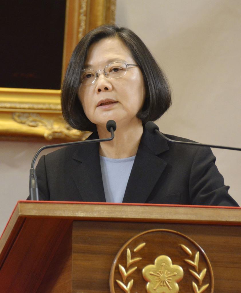 台湾の総統府で記者会見する蔡英文総統=5月10日、台北市(共同)