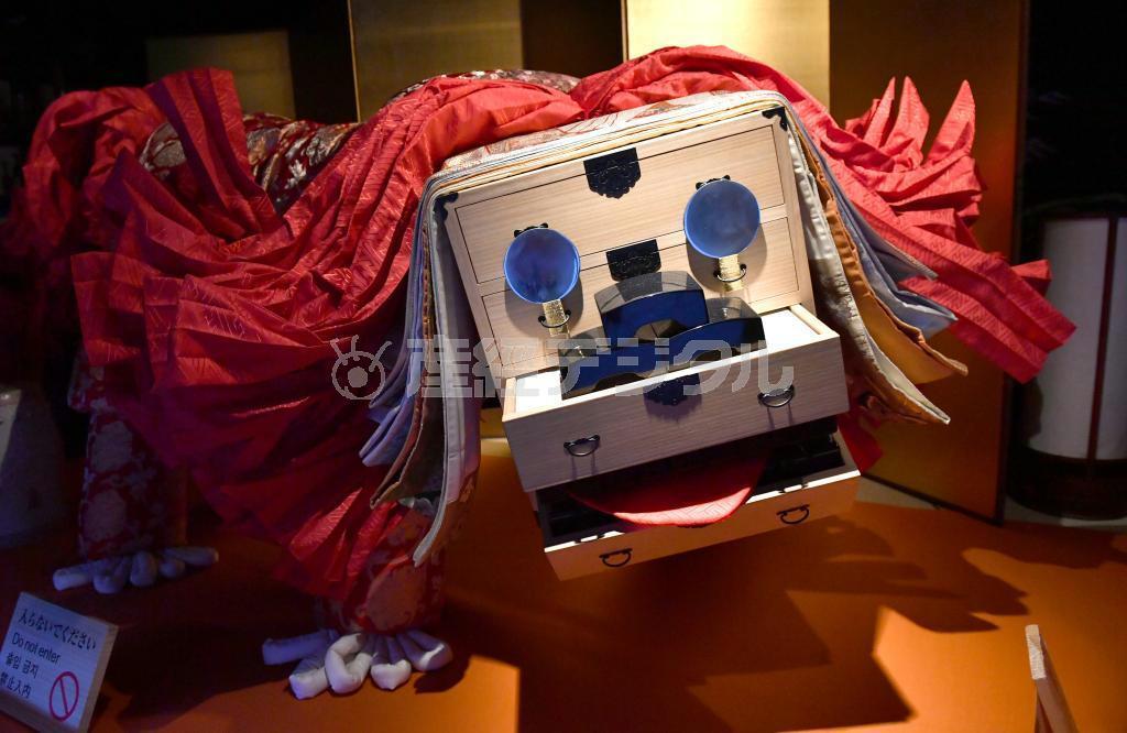 タンスを頭、手鏡を目に見立て花嫁衣装など婚礼道具一式で作られた獅子の「造り物」 =大阪市北区の大阪くらしの今昔館(南雲都撮影)