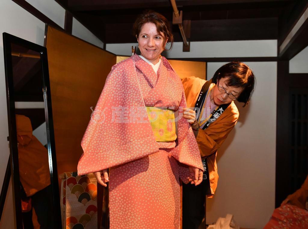 反物をピンで着付ける「ピンワーク」を体験する外国人女性 =大阪市北区の大阪くらしの今昔館(南雲都撮影)