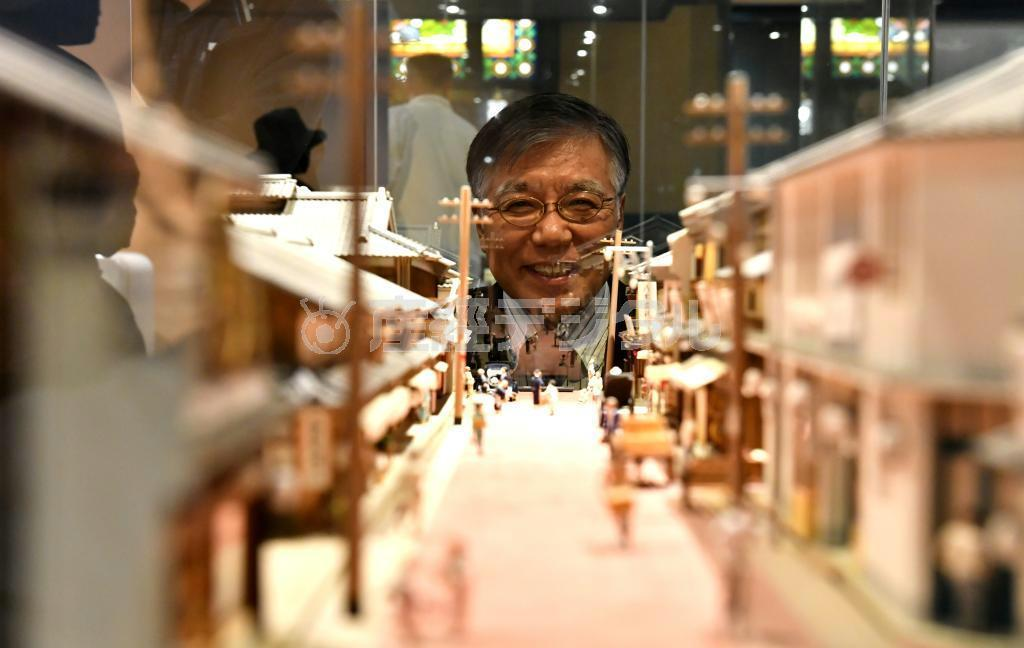 昭和の町並みを再現した模型を見る谷館長。実はこの下に隠れ展示がある =大阪市北区、大阪くらしの今昔館(南雲都撮影)