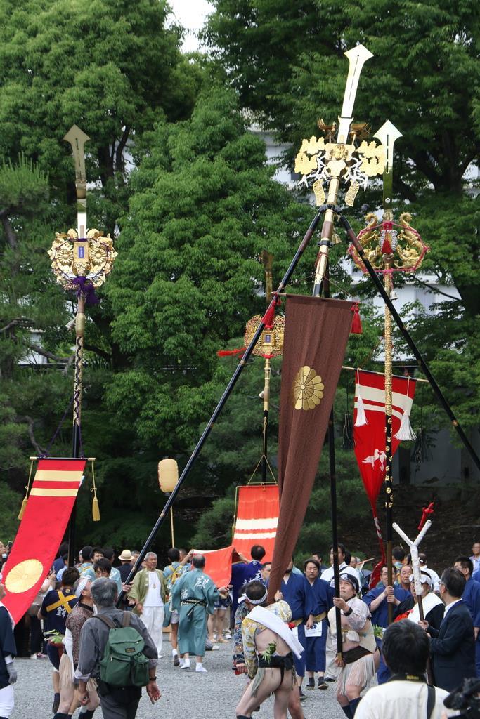 剣先を天に向けて二条城の唐門前を練り歩く剣鉾=京都市中京区