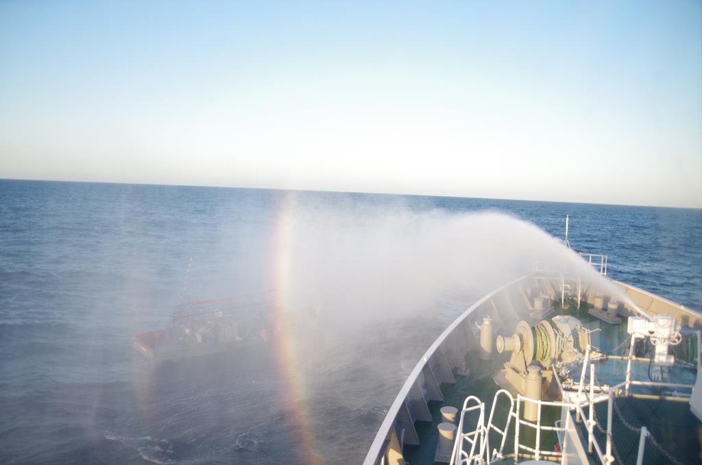 大和堆周辺で北朝鮮漁船に放水する海上保安庁の巡視船=5月下旬(海上保安庁提供)